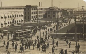 Workers outside the Buick assembly plant n Flint 1912